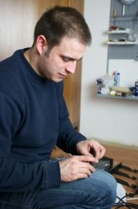 Florian Welter bei der Elektro-Installation für einen Kunden